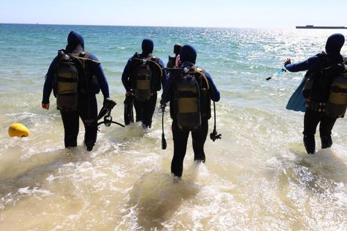 rescue divers enter water