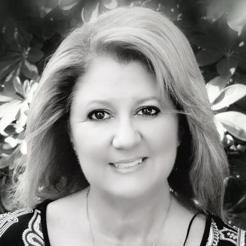 headshot of Stacy stahl, broker associate